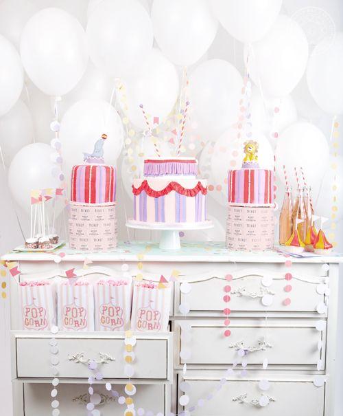 Globos, guirnaldas y banderines de colores alegrarán tu mesa. Imagen de casamontada.com.br